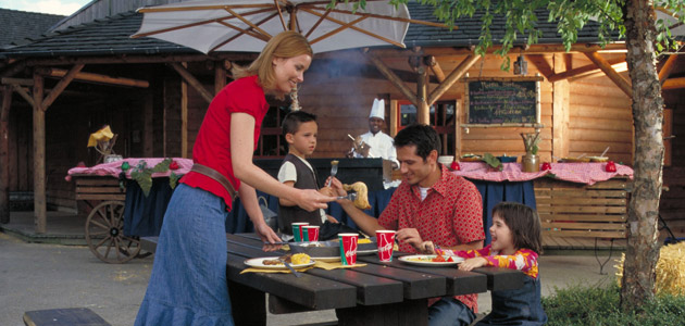 Enjoy outdoor dining at Crockett's Tavern restaurant